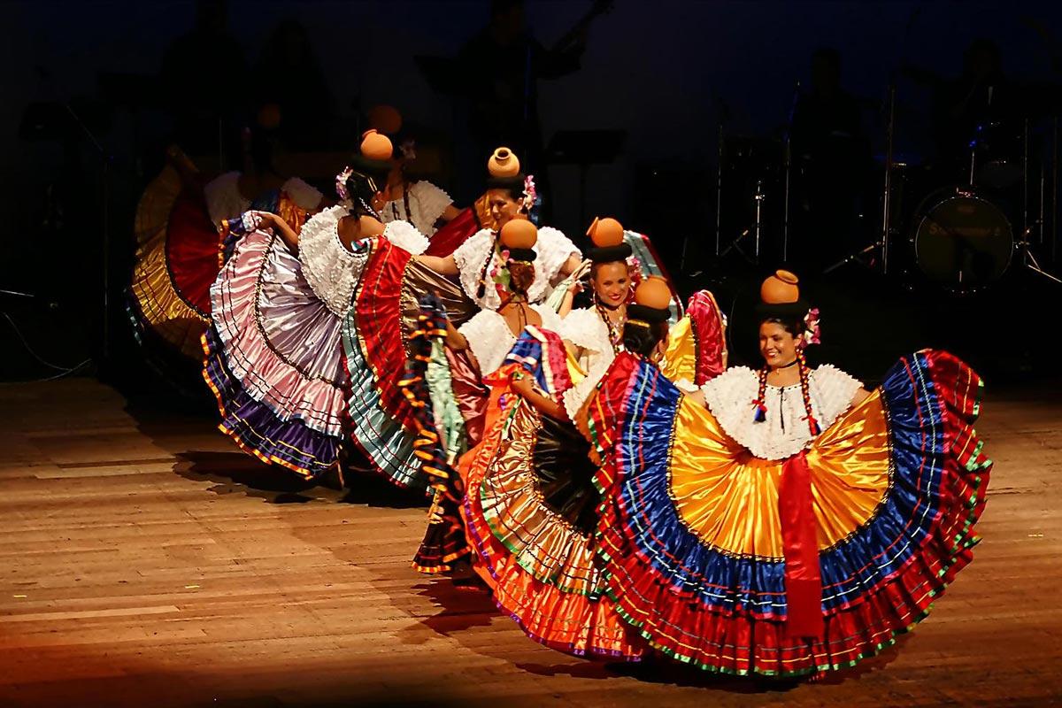 2ef3a0347 Ana Picado Ramírez: Sigue tejiendo el legado de los trajes típicos ...