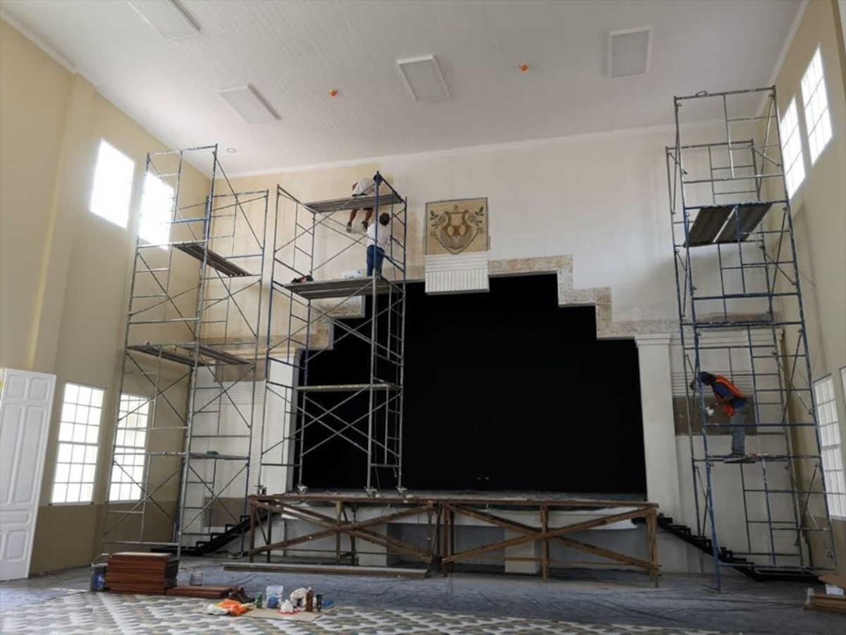 Los decorados descubiertos en el escenario del salón de actos de la Escuela Jesús Jiménez fueron restaurados en estos días. Por: María José Calderón, ingeniera a cargo de las obras.