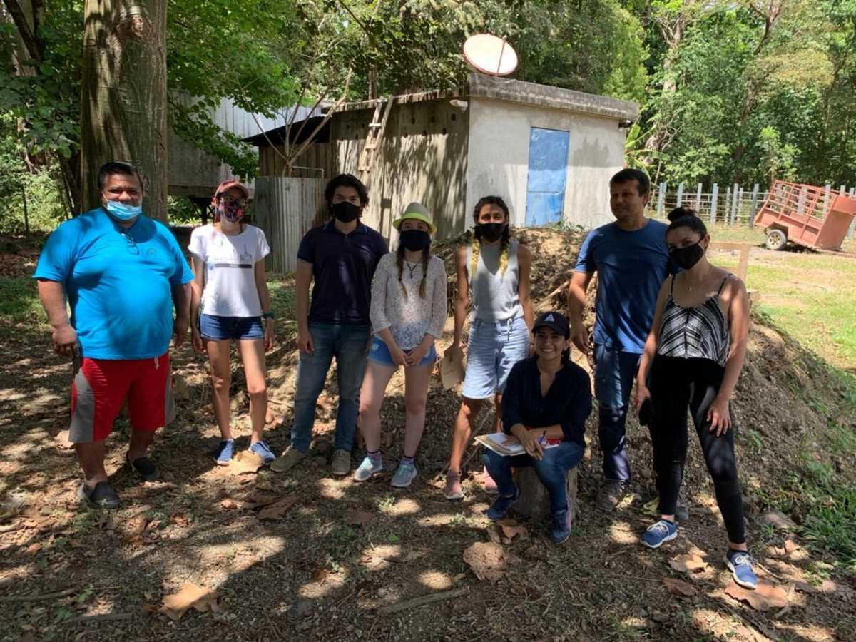 Trabajo de campo para la elaboración del Diseño del Sistema de Tratamiento de Aguas Residuales para las comunidades de Sámara, Cangrejal y Torito. Foto cortesía del equipo de trabajo.