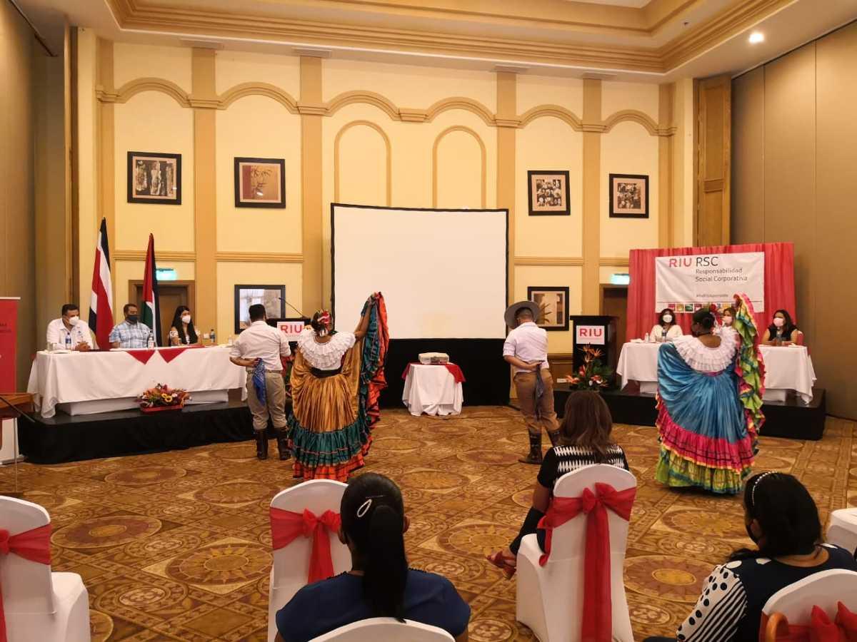 El evento estuvo amenizado por bailes y música folclórica.