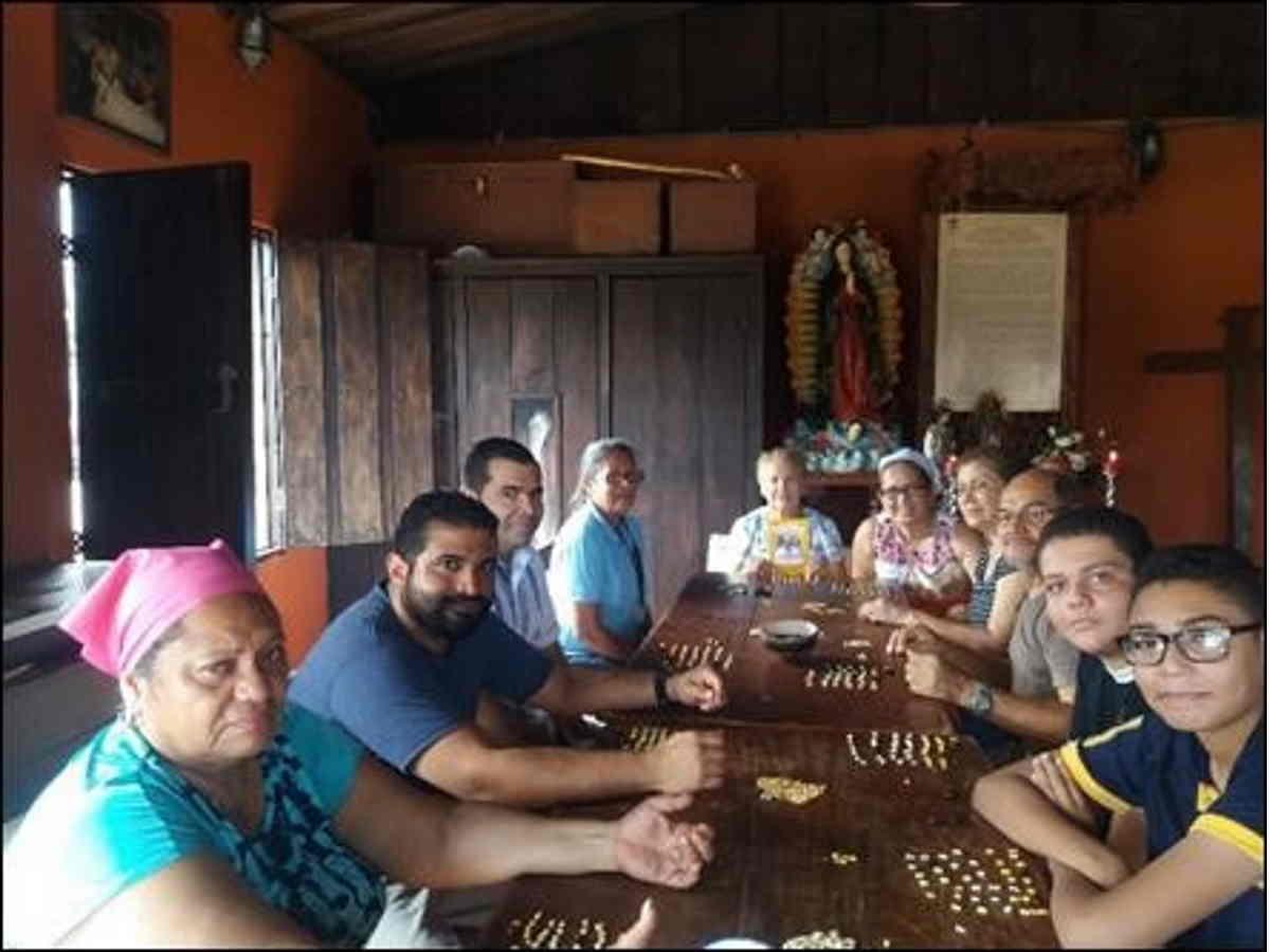"""Miembros de la Cofradía de Nuestra Señorita Virgen de Guadalupe, en Nicoya, en la ceremonia de """"La contadera de días"""". Esta organización comunal fue la ganadora del premio en 2019. Cortesía de Mario Rojas."""